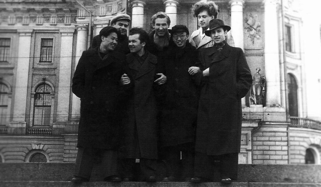 Leonas Strioga (pirmoje eilėje antras iš kairės) prie Iljos Repino dailės instituto Leningrade su Samueliu Rozinu (pirmoje eilėje pirmas iš dešinės) ir Leonu Lagausku, Konstantinu Bogdanu, Stasiu Budriu (visi trys stovi antroje eilėje).